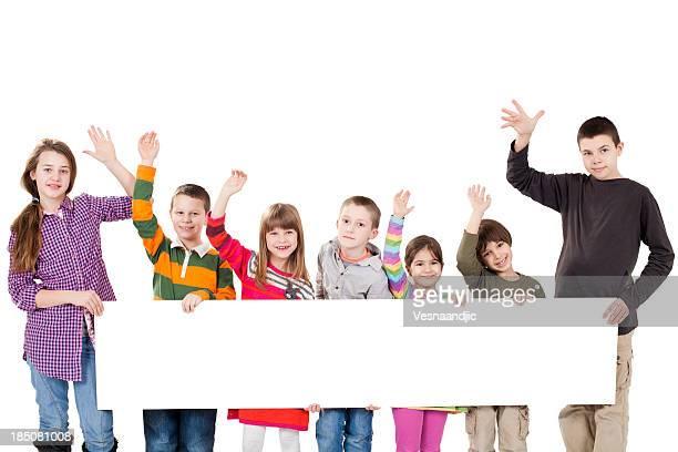 Grupo de crianças segurando um sinal