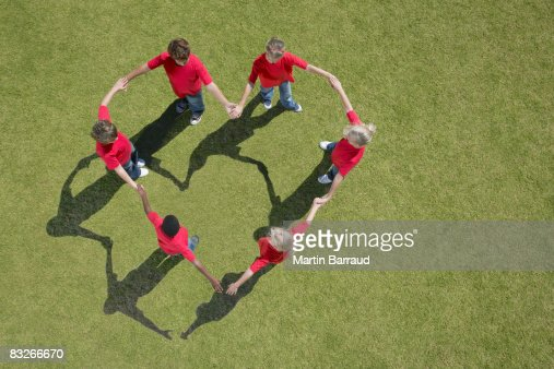 Group of children holding hands in heart-shape formation : Stockfoto