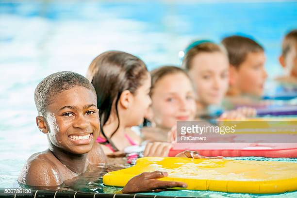 Grupo de niños en una lección de natación