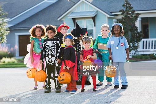お子様のグループのハロウィーンの衣装にホテルの正面