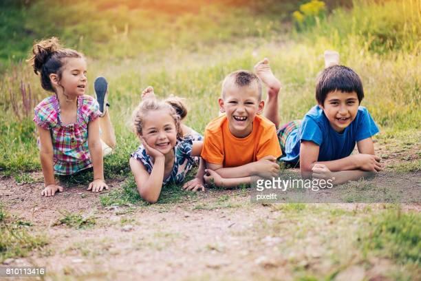 Groupe de l'enfant couché dans la poussière