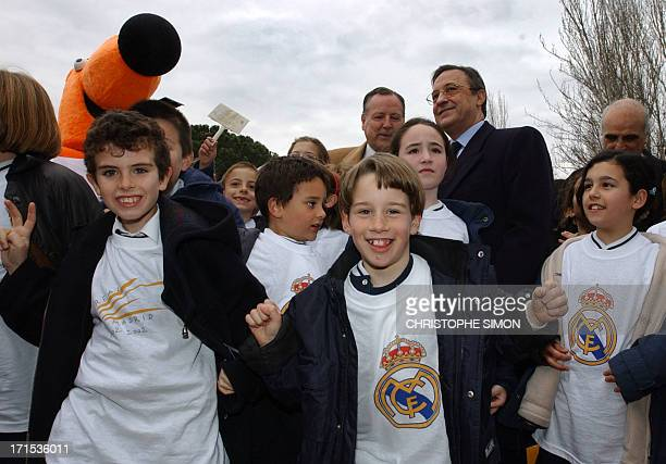 A group of children pose with Florentino Perez Real Madrid soccer club president and the mayor of Madrid Jose Maria Alvarez de Manzano in Madrid 05...