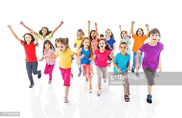 Gruppe von Kinder laufen.