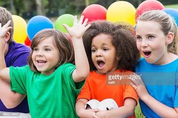 Gruppo di bambini guardando qualcosa di eccezionale