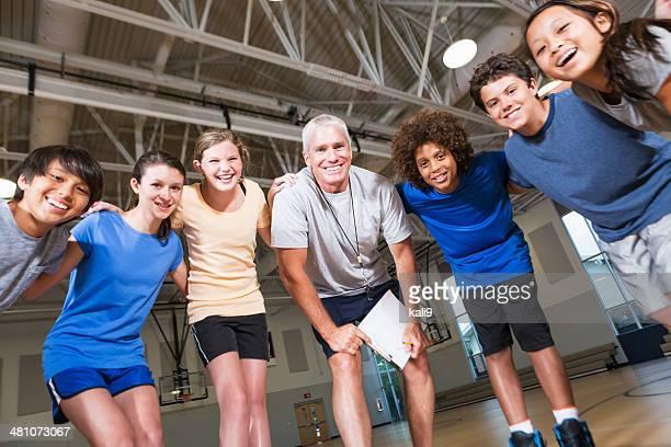 Groupe d'enfants à l'école salle de gym avec entraîneur