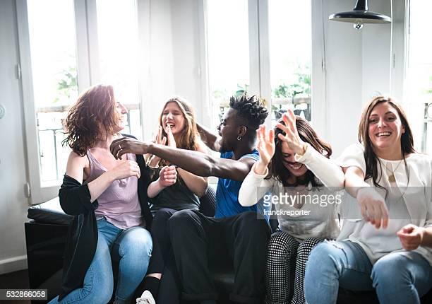 Eine Gruppe von Student Glück auf dem Sofa