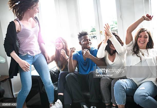 Grupo de Estudante universitário felicidade no sofá