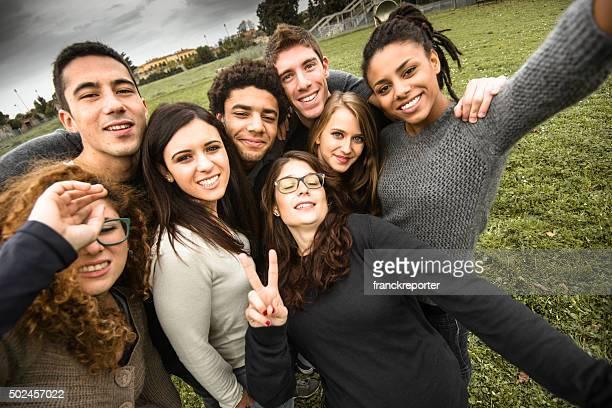 グループの大学生笑うとした自分撮り