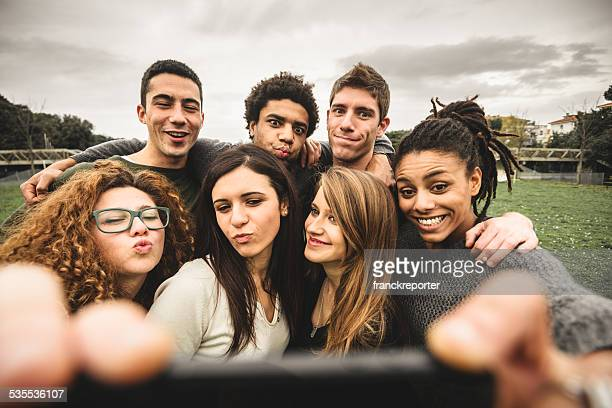 Group of college student Riendo y haciendo un autorretrato