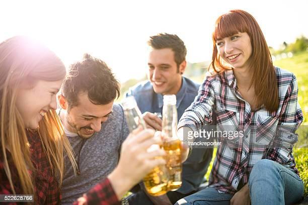 Eine Gruppe von college-Studenten Lachen umarmen Zusammenhalt