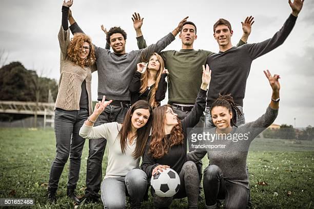 Group of college student posando después del partido