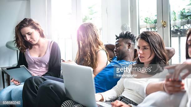 Eine Gruppe von college-Studenten machen Sie ein Selfie auf dem Wohnung