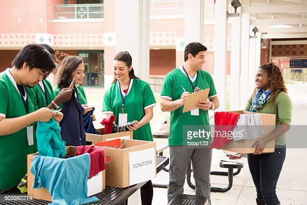 Étudiants groupe de bénévoles collecte des dons de vêtements. Œuvres caritatives.