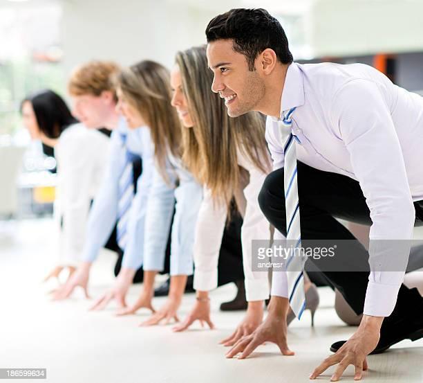 競争家グループの準備を開始し実行する