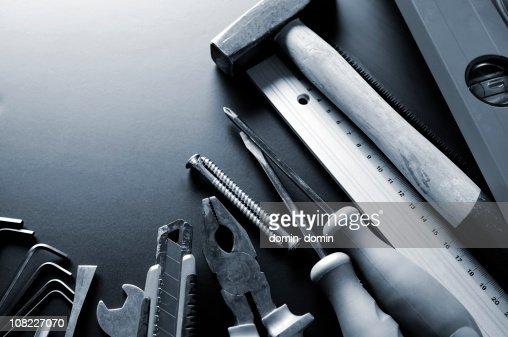 Gruppo di diversi strumenti di costruzione, tonalità blu e spazio di copia