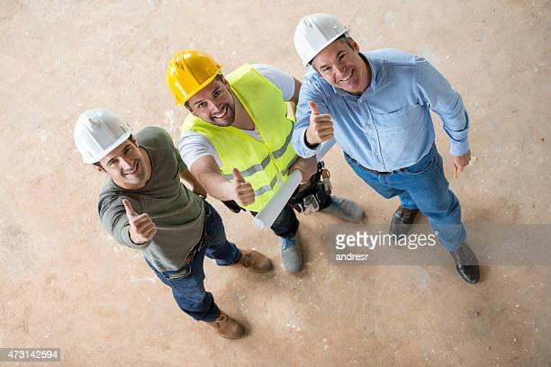 Gruppe von Bauarbeitern mit Daumen hoch
