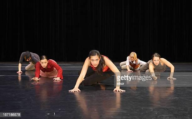 Grupo de dançarinos de executar no palco