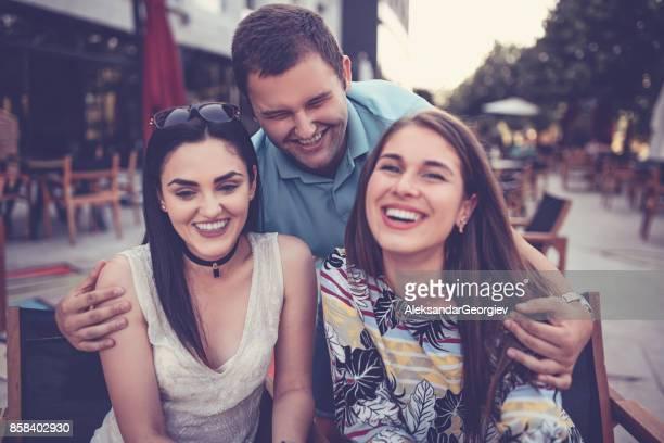 Gruppe von verrückten umarmt Freunde lachen in ein Kaffee-Restaurant