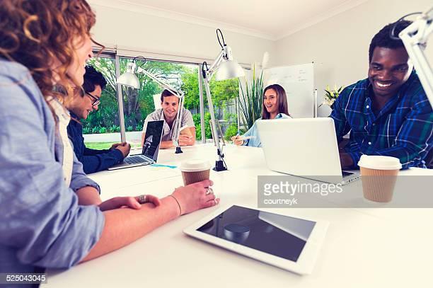 グループミーティングのクリエイターたちがあります。