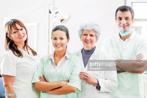 Gruppe von Zahnärzten und dental Assistenten