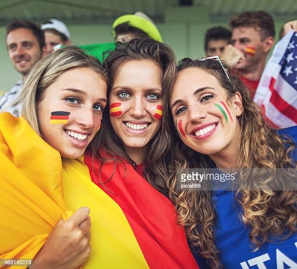 Gruppe von verschiedenen Nationen Fans zusammen