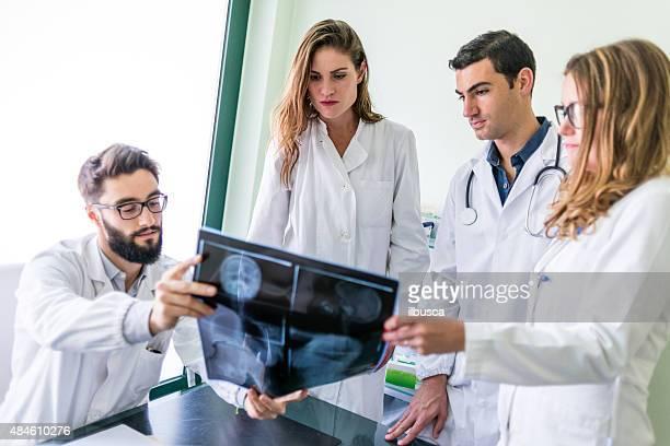Gruppe von Ärzten im medizinischen Büro