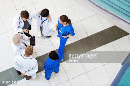 Gruppo di medici discutere i risultati