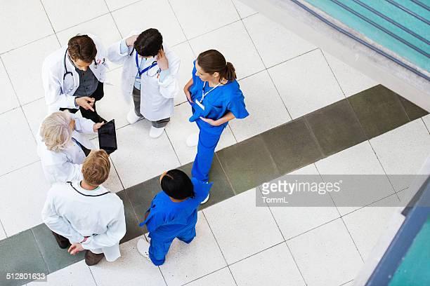 Grupo de médicos sobre los resultados