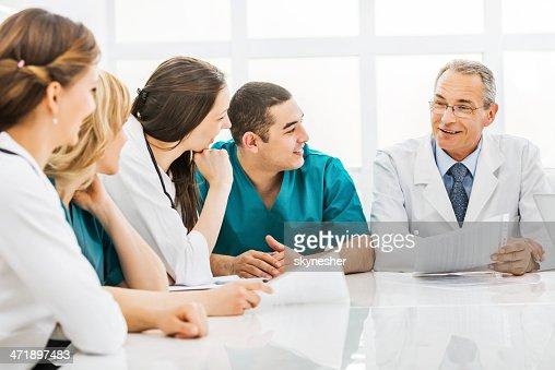 Grupo de médicos con una reunión.