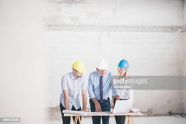 Gruppe von Ingenieuren und Architekten die Beaufsichtigung Konstruktion
