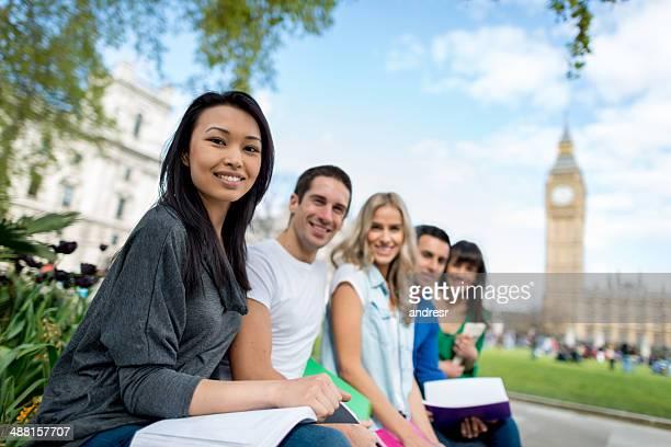 英語の学生グループ