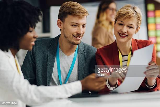 Groupe de chefs d'entreprise au travail dans le bureau