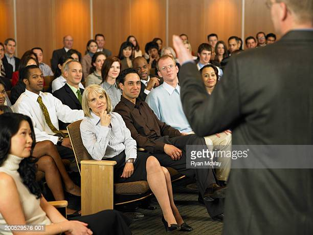 Grupo de executivos ouvir homem conduzindo seminário em auditori