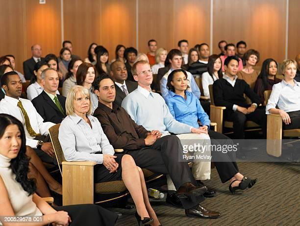 Gruppo di dirigenti seduti in auditorium