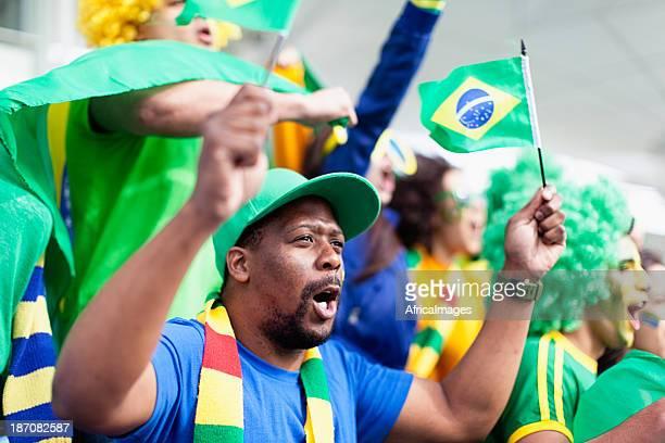 Gruppe von fans, die jubeln Brasilien in einem Fußballspiel