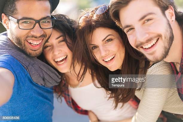 Groupe de fiends prenant un selfie à Barcelone.