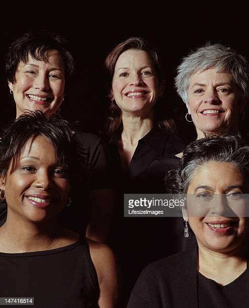 Gruppo di cinque donne sorridenti, verticale