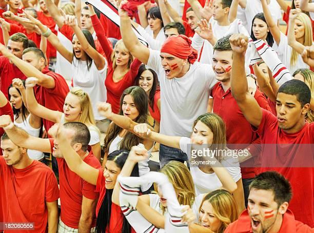 Gruppe von Fußball-fans jubeln.