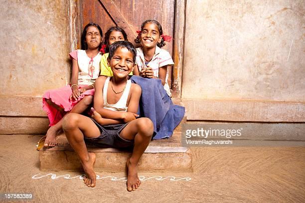 Groupe de quatre joyeux indiens ruraux les enfants