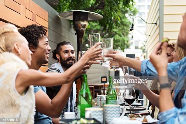 Grupo de amigos comiendo al aire libre