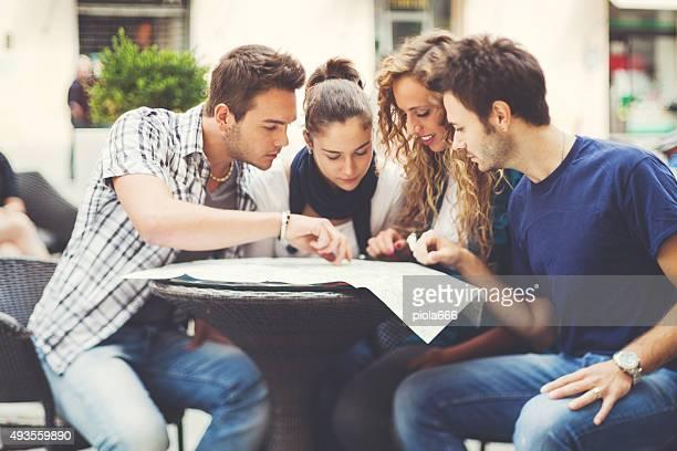 Gruppo di amici al bar pianificazione del prossimo viaggio