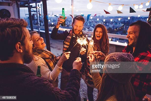 Groupe d'amis à la fête sur le toit