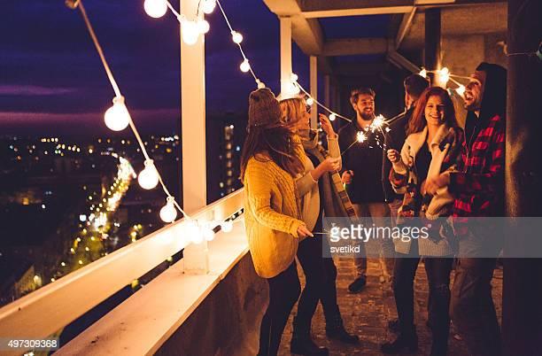 Gruppe von Freunden auf party auf dem Dach