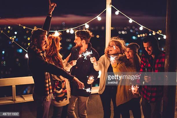 Gruppo di amici di partito sul tetto