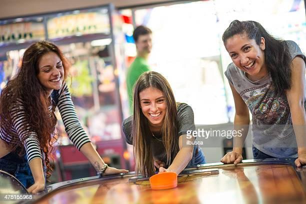 Grupo de amigos en la sala de máquinas recreativas
