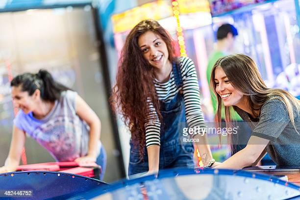 Gruppe von Freunden im amusement arcade