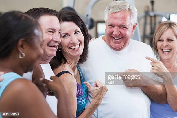 Groupe d'amis dans la salle de sport