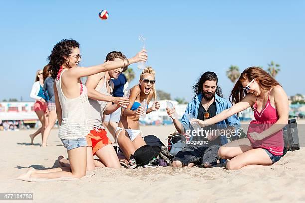 Gruppe von Freunden in Venice Beach planschen Wasser