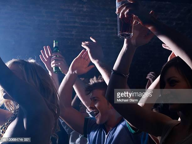Grupo de amigos Celebrando a festa da noite clube