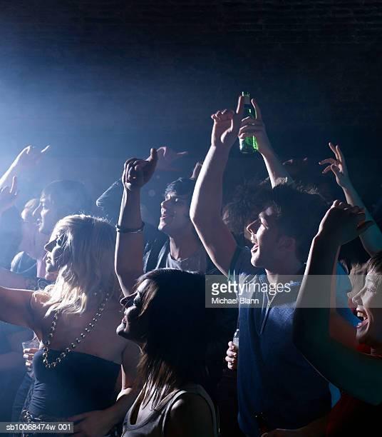 Groupe d'amis célébrant de fête dans la discothèque